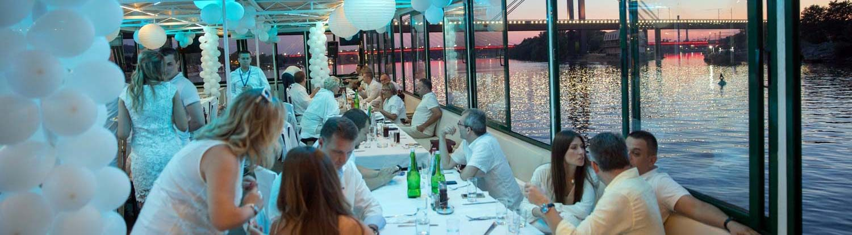 Bajkovito venčanje na brodu na ušću Save u Dunav, u Beogradu.