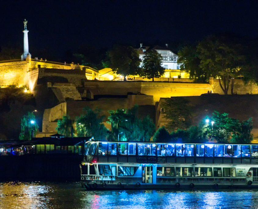 Proslava Dana žena - 8. mart na brodu u prijatnom ambijentu uz krstarenje sa večerom i muzikom uživo.