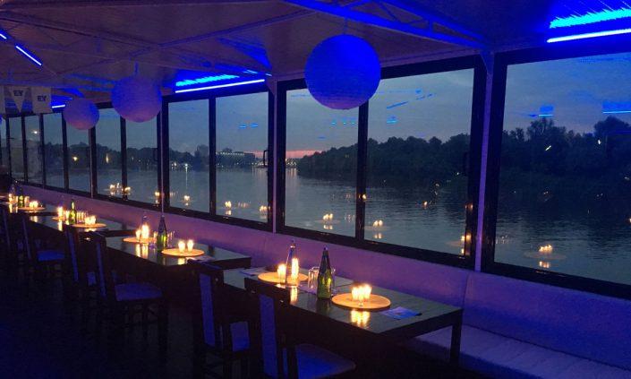 Organizujte proslave firmi u restoranu na brodu koji plovi.
