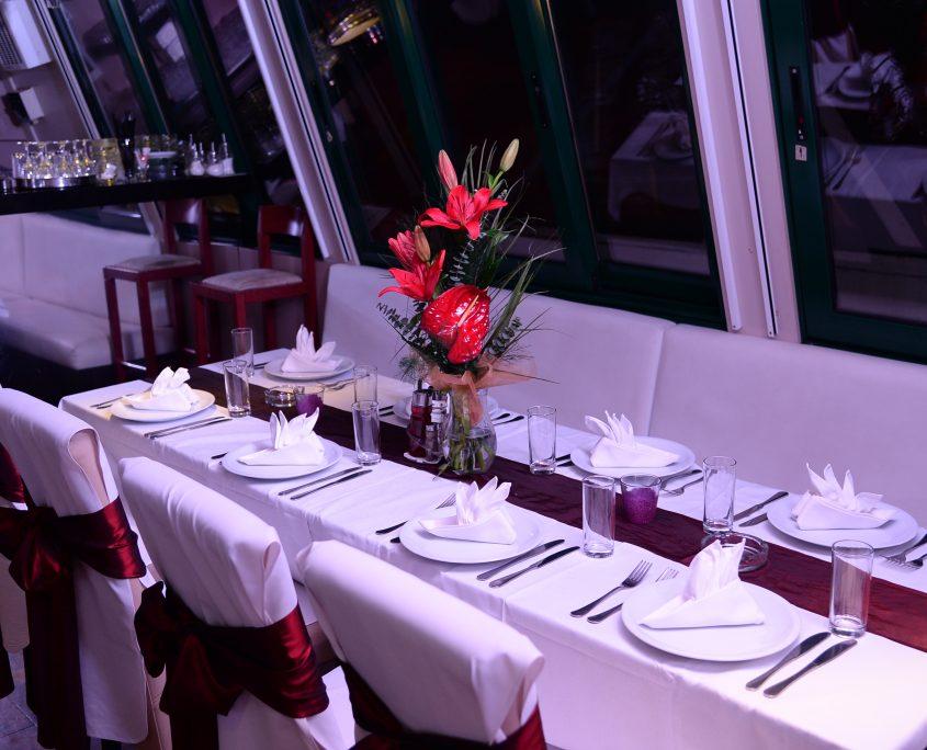 Proslava Dana žena - 8. mart u restoranu na brodu u prijatnom ambijentu uz krstarenje sa večerom i muzikom uživo.
